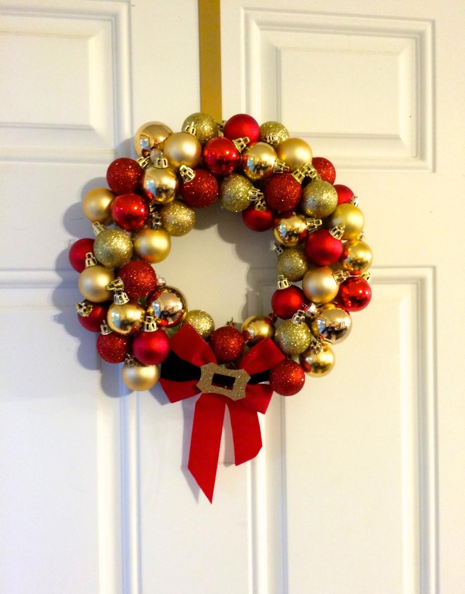 Fun cheap easy diy christmas ornament wreath for Cheap christmas ornaments